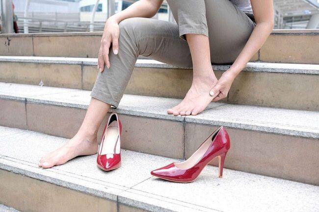 Đi giày bị đau gót chân